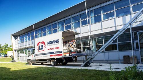 Camion de demenagement devant des bureaux d'entreprise